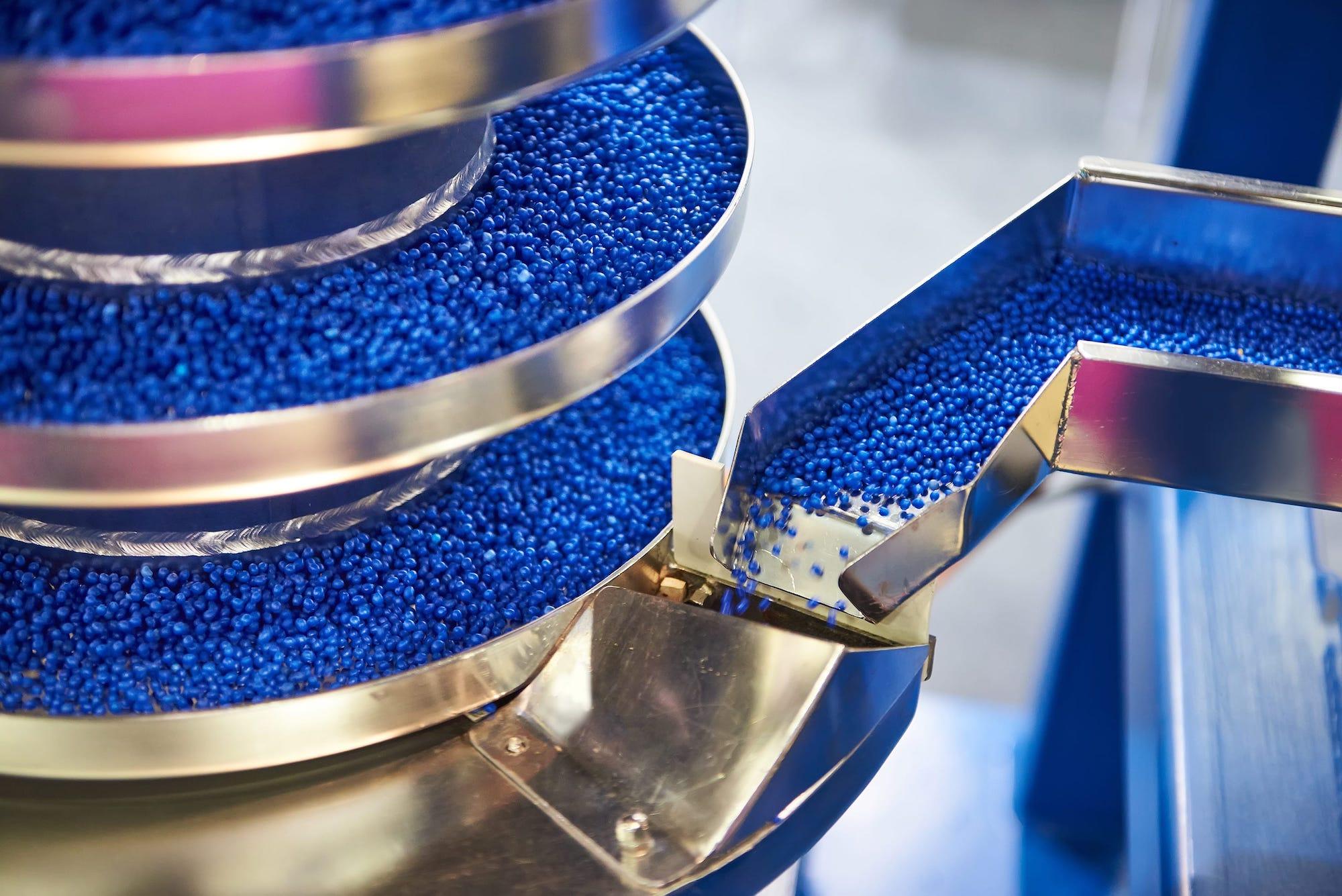 Plastpellets i en industrimaskin Made In Sweden
